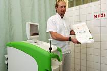 Doktor urologie Jiří Klečka ukazuje nový laserový přístroj
