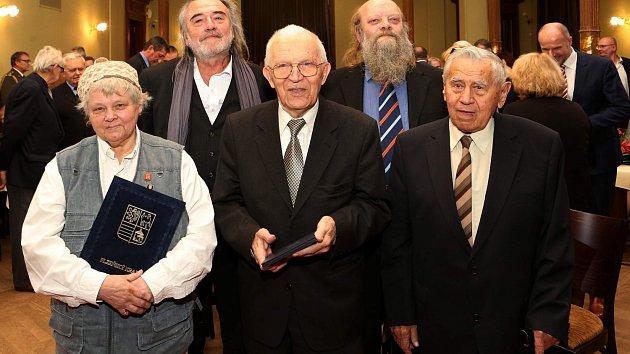 Zleva Jiřina Fuchsová, Vladimír Líbal, Stanislav Šmic, Miroslav Svoboda a Jiří Světlík.