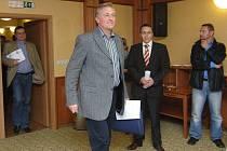 Přestože se premiérův příjezd do Plzně příliš nevydařil, na schůzku s novináři přišel v dobré náladě.