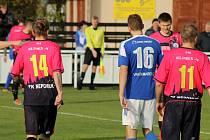 Fotbalisté Nepomuku (na archivním snímku hráči v růžových dresech) vyhráli na Chodsku 3:2 po penaltách.
