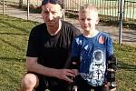 Luboš Běl (na snímku vlevo) věří, že jeho vnuk Vašík (vpravo) půjde v jeho stopách a bude hrát fotbal.