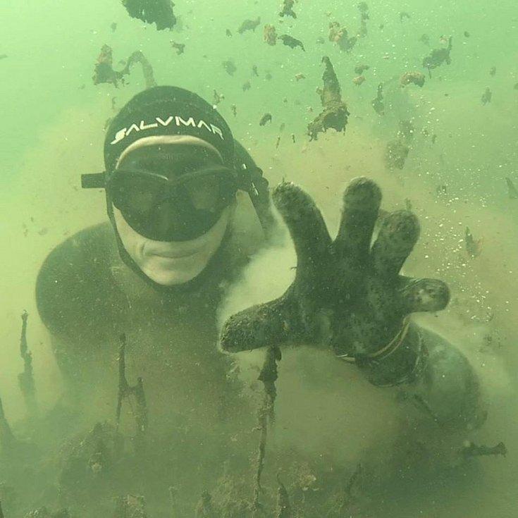 Potápěč odhaluje tajemství ukrytá pod hladinou Medardu Foto: Petr Skopal