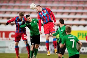 Stoper Filip Kaša (hlavičkující) nastoupil v Příbrami místo zraněného Lukáše Hejdy a nejspíš to tak bude muset být i v neděli doma s Pardubicemi.