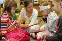 JAKO SKUTEČNÍ LÉKAŘI si včera děti v 50. mateřské školce mohly poslechnout tlukot lidského srdce či za odborného dozoru budoucích lékařů obvázat zraněné tlapky svým plyšovým kamarádům. To vše v rámci projektu, který má děti zbavit strachu z lékařů