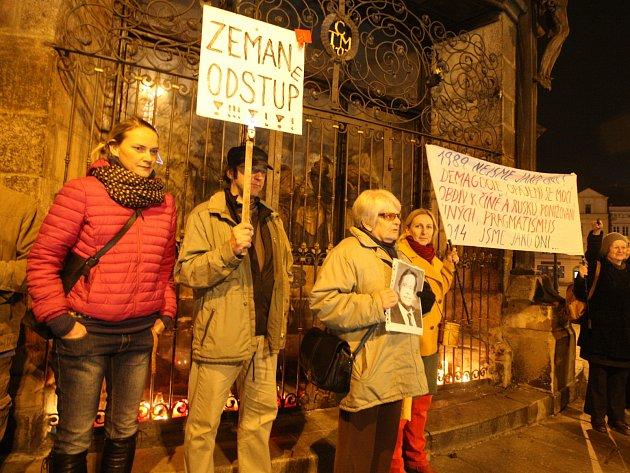 I Plzeňané přišli dnes večer veřejně protestovat proti českému prezidentovi.