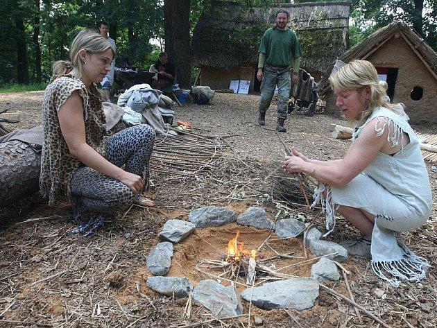 V zoologické zahradě návštěvníci rozdělávali oheň i drtili zrno na mouku