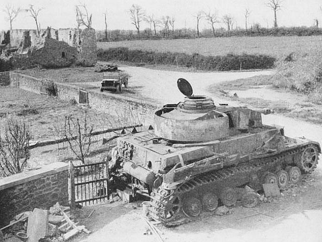 Zničený německý tank Mark IV na frontové linii u Le Mesnil-Durand