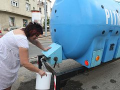 Lidé, kteří bydlí nebo pracují na Slovanech, byli včera od rána bez vody. Museli si pro ni chodit do přistavených cisteren. Odstávka skončila po 13. hodině