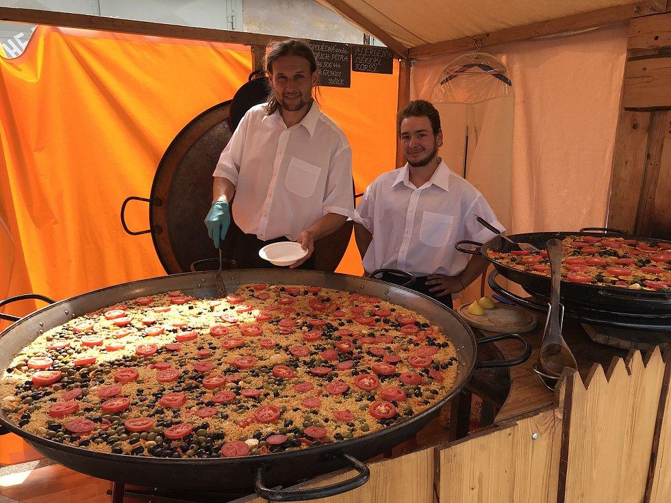 Oldřich Pítra (na snímku vlevo) z Hrádku u Sušice vařil letos na festivalu už po šesté španělskou paellu.