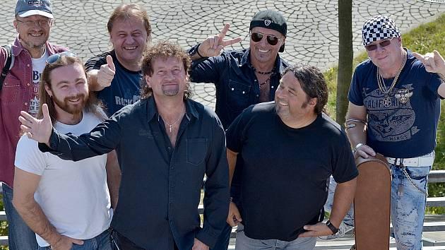 Extra Band Revival zve fanoušky na své narozeninové koncerty.
