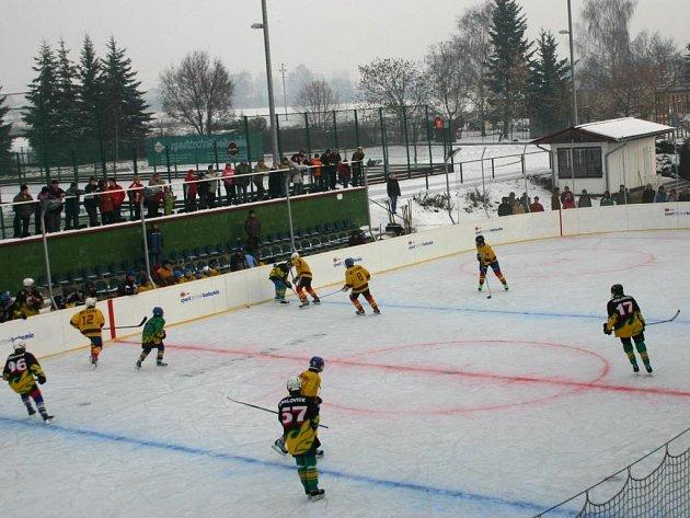 V neděli odehráli kralovičtí hokejisté na kluzišti u základní školy dvě utkání na přírodním ledě. Žáci (na snímku) zdolali HC Lány 3:1, muži Hadačku 5:1