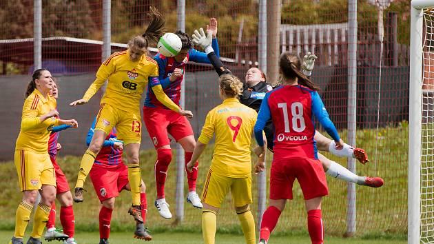 Fotbalistky Viktorie Plzeň (v červených dresech) zdolaly v Dobřanech pražskou Duklu 5:2.