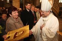 Marie Jansová přebírá od biskupa Františka Radkovského cenu za službu pro charitu