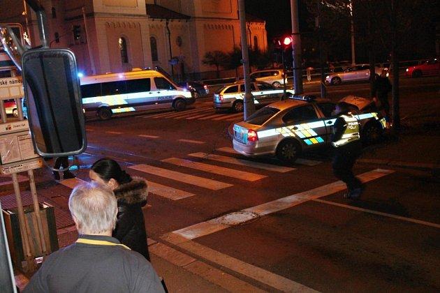 Policejní auto po střetu s Volkswagenem narazilo do stromu. Zdroj: http://plzensky.denik.cz/nehody/nehoda-na-chodskem-namesti-uzavrela-klatovskou-tridu-20161208.html