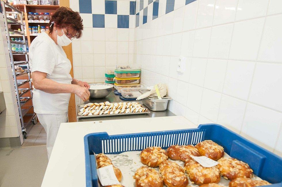 Příprava objednaného pečiva pro zákazníky a finální cukrování koláčku.