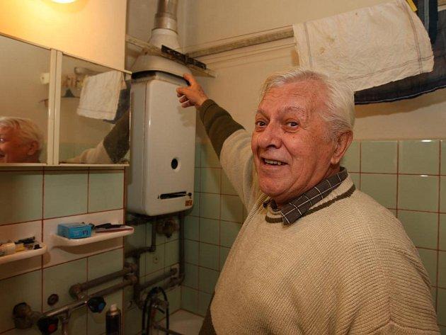 Jindřich Tříska nesmí už dva roky používat karmu. Pyká za to, že si soused předělával byt a zaslepil přívod vzduchu pro koupelny. Karma teď nemá dostatek vzduchu pro hoření