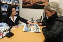 Prodavačka z plzeňské pobočky cestovní kanceláře Fischer Jolana Kibicová při pohovoru se zákaznicí
