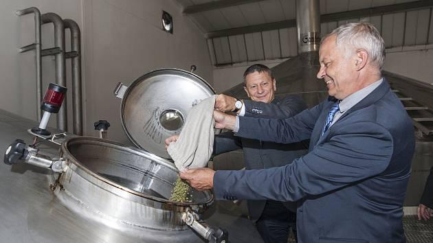 Rektor ZČU Miroslav Holeček uvařil speciální várku piva.