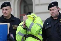 Rumunský řidič si při odchodu od soudu, který rozhodl ojeho vzetí do vazby, zakrýval tvář