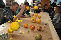 Žáci při výměnném pobytu v Plzni vyráběli právě planety Sluneční soustavy a vybírali si k tomu různé materiály