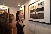 Návštěvnice včerejší vernisáže výstavy fotografií Best of Show v mázhausu plzeňského magistrátu si prohlížejí jeden s vystavovaných snímků.
