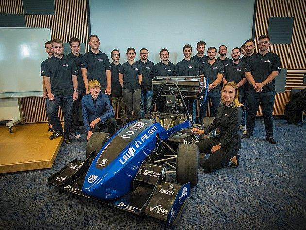 Tým studentů ze Západočeské univerzity v Plzni (ZČU) minulý týden představil novou formuli UWB05. Od pondělí vysokoškoláci trénují za studentské závody v Itálii.