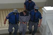 Eskorta vede odsouzeného Petra Božovského (25).