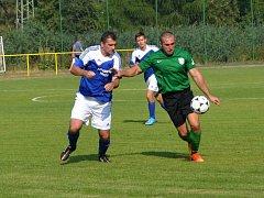 Fotbalisté Kralovic podlehli v prvním kole I. A třídy Černicím až po střelbě pokutových kopů. Na snímku kralovický útočník Jan Purkar (vpravo) uniká obránci Černic.