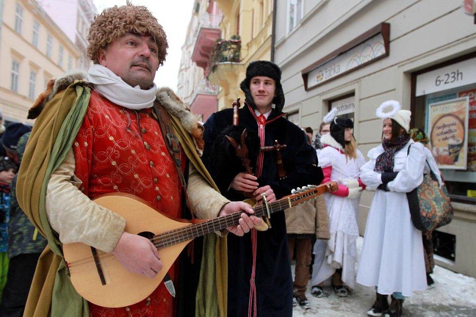 Tříkrálový průvod z náměstí Republiky v Plzni ke kostelíku U Ježíška.