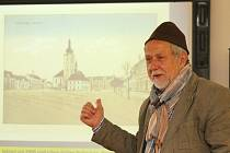 Siegfried Fuchs představuje kozojedským žákům rodné Dobřany. Na hlavě má čepičku, již nosil coby čtyřletý