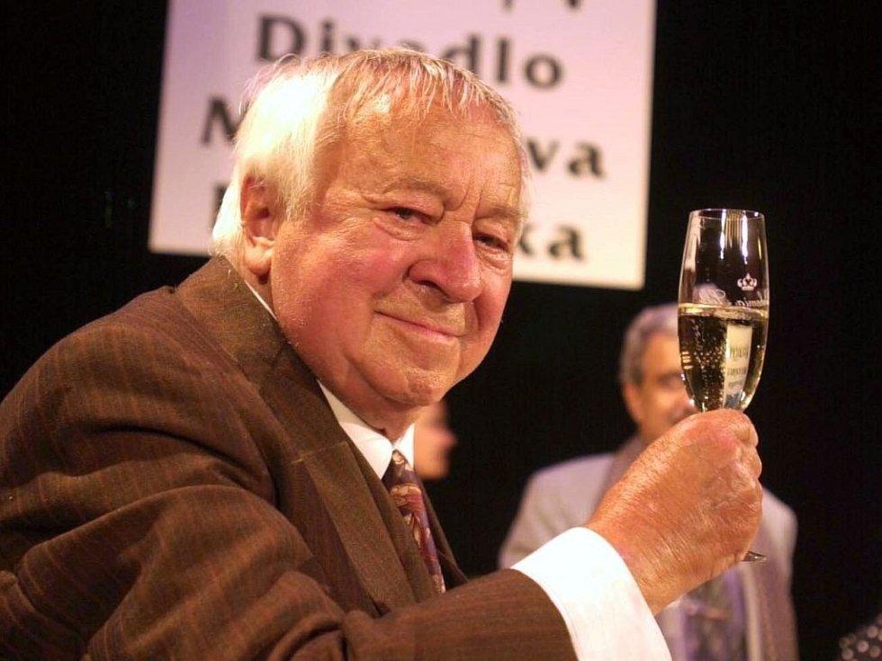 Miroslav Horníček při slavnostním přejmenování Divadla Kruh na Divadlo Miroslava Horníčka. Stalo se tak 5. října 2000