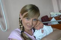 Kryštof (3,33 kg, 51 cm), který přišel na svět 8. června v 11.41 hod. ve FN, je prvorozený syn Alexandry a Ondřeje Smejkalových z Plzně a také první vnouče všech prarodičů, kteří se na chlapečka moc těší