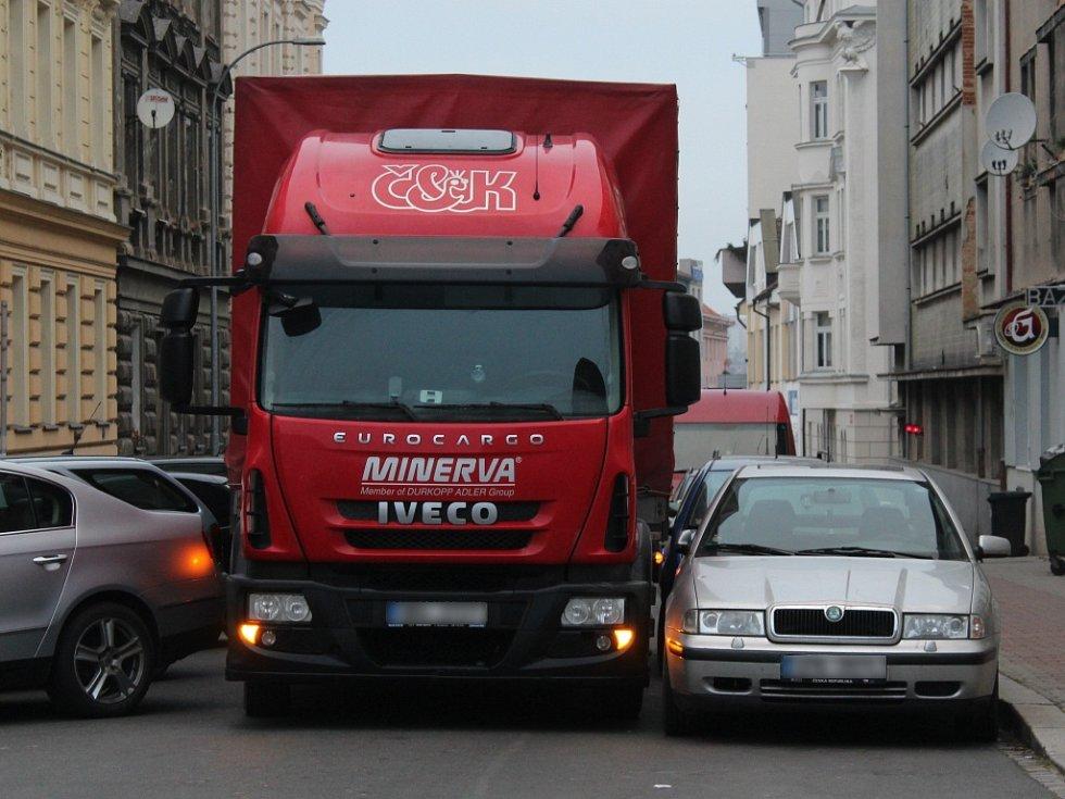 Nehoda nákladního vozu ve Skrétově ulici v Plzni