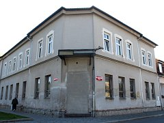 Bývalá ubytovna na rohu Masarykova náměstí a Benešovy ulice.