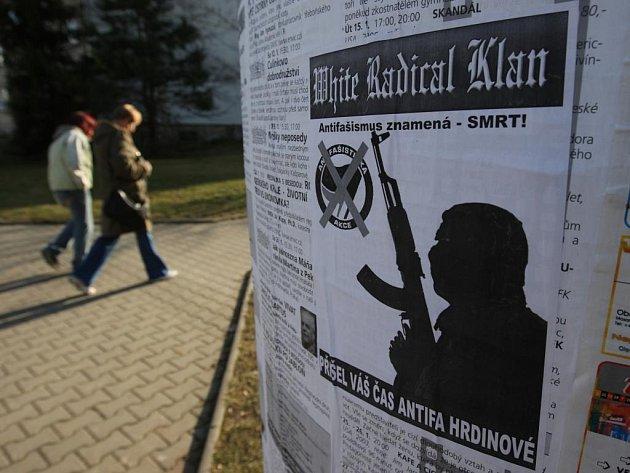 Na Doubravce se  objevily plakáty, které  mohou souviset s pochodem neonacistů Plzní
