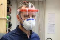 Petr Lupač z Plzně vyrábí ve svém studiu zaměřeným na 3D tisk ochranné pomůcky pro zdravotníky. Ručně zkompletuje několik desítek ochranných plexi štítů denně.