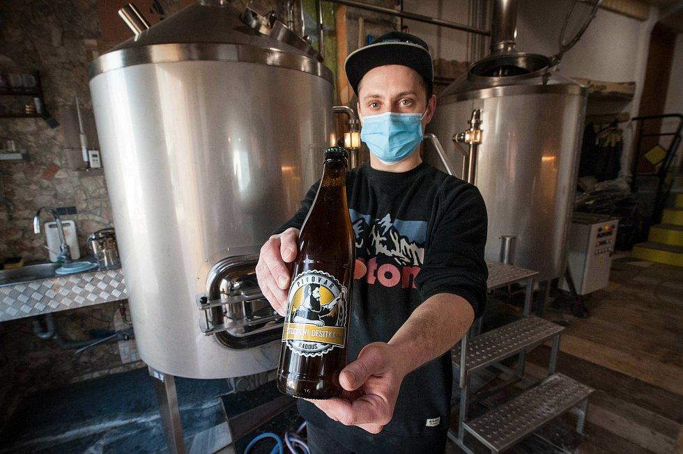 Stodolní desítka v láhvi. Styl: světlé výčepní pivo, chmely: Bohemie/ŽPČ, stupňovitost: 10° plato, alkohol: 4% obj., hořkost: 28 IBU