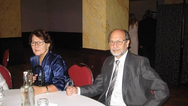 Miloslav Podskalský, který byl sólistou plzeňské opery v letech 1975 – 1977, s manželkou Alinou Farnou, jež působila jako sólistka v plzeňské opeře v letech 1972 – 1975.