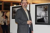 Tomáš Tykal při vernisáži své výstavy Stíny snů v budově Českého rozhlasu v Plzni. Výstava potrvá do 3. února