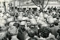 Fotografie zachycuje ruch u plzeňského rozhlasu.