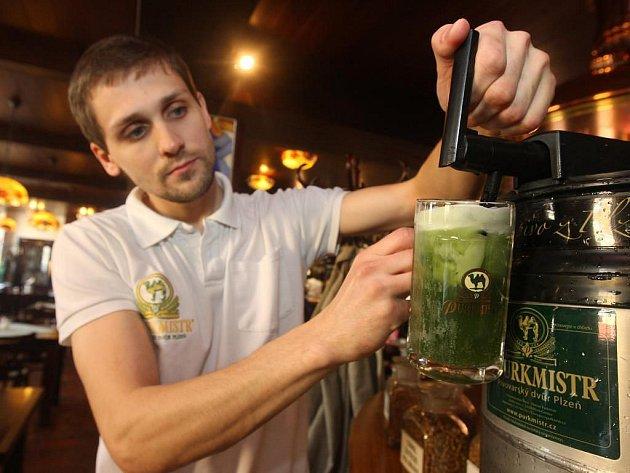 Poněkud světštěji oslavili Zelený čtvrtek v pivovaru Purkmistr v Plzni–Černicích. Sládek Petr Krýsl (na snímku) totiž pro tuto příležitost navařil várku zeleného piva
