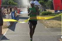 Mulugeta  Serbessa, na snímku v cíli maratonu, vyhrál Zátopkův zlatý týden hned poprvé, kdy absolvoval  kompletní program série