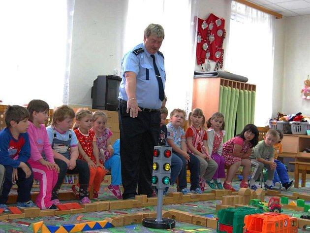 Děti z Mateřské školky v Oboře navštívil v úterý dopoledne mluvčí severoplzeňských policistů Josef Aubrecht