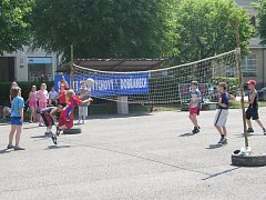 Na náměstí v Dobřanech bylo pořádně živo. Děti z prvního stupně hrály vybíjenou, druhý stupeň soupeřil ve fotbale. Jednalo se o preventivní akci proti drogám