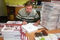 Josef Kejha se podepisuje do knihy Toulky českým západem aneb Z historie měst a obcí Plzeňského kraje