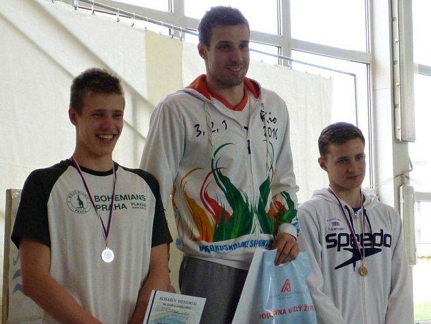 Plavec Slavie VŠ Plzeň Jan Kutil (uprostřed) ovládl při Košařově memoriálu v prsařském trojboji všechny tři disciplíny. Celkově druhý skončil Martin Bejček z Bohemians Praha (vlevo) a třetí byl Martin Dřevínek z Berouna.