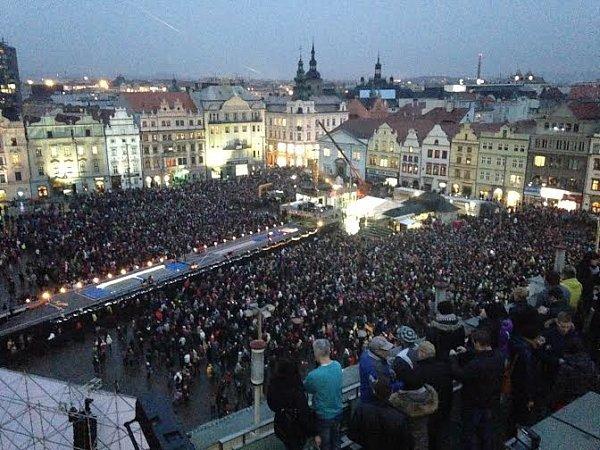 Náměstí Republiky se během několika minut zaplnilo.
