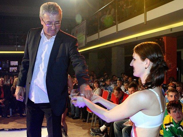 Na večerní show v Parkhotelu se losování účastníků Lekov Cupu do jednotlivých skupin ujal  také bývalý excelentní útočník a světový šampion  z roku 1977  Bohuslav Ebermann