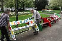 Ve Smetanových sadech v Plzni jsou opět nápadité lavičky