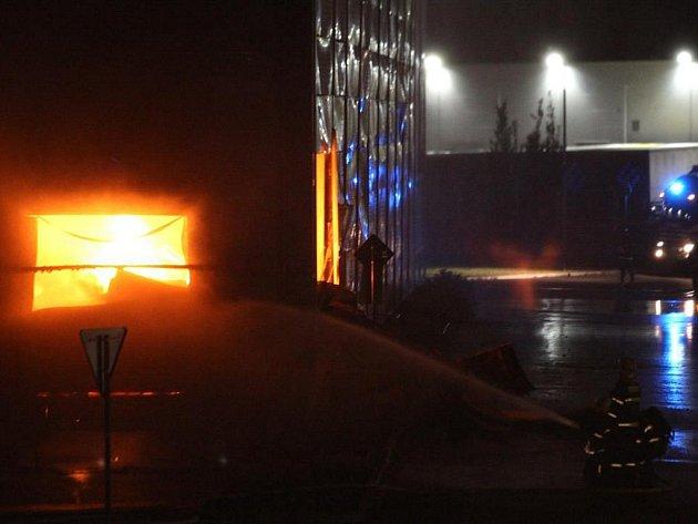 Požár skladu oblečení v Plzni na Borských polích.